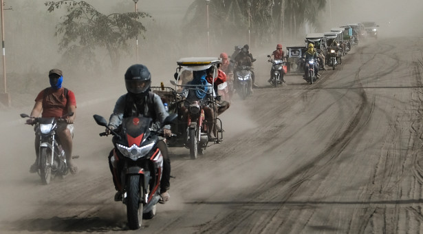Residents leaving their homes. By Yummie Dingding, Daily Tribune