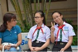 Dang Ha Phuong (right) and Tang Thi Quynh Anh (middle) talk to writer Phuong Anh Photo: Sithong