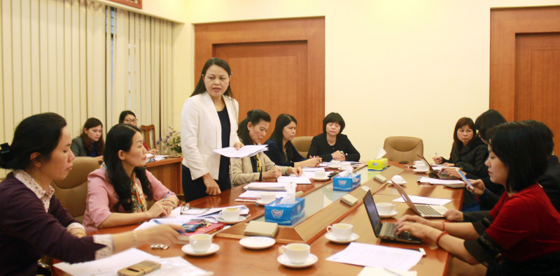 Almost all journalists in a Mar. 15 meeting on child sexual abuse with the Chairwoman of the Vietnamese Women's Union, Nguyen Thi Thu Ha (standing), are women. Photo: Phunuvietnam.vn